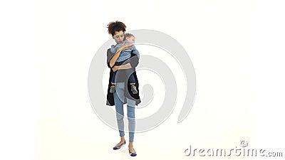 Flickan rymmer behandla som ett barn, honom har en nippel, honom grät Vit bakgrund långsam rörelse stock video