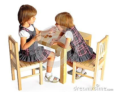 Flickor kopplar samman draw