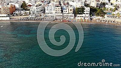 Fliege entlang Küstenlinie, Strand, Hotels und Erholungsorten, Kreta-Sommerferien stock footage
