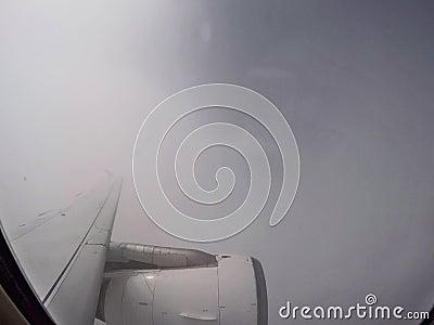 Fliegen über die Wolken mit einem Düsenflugzeug stock video