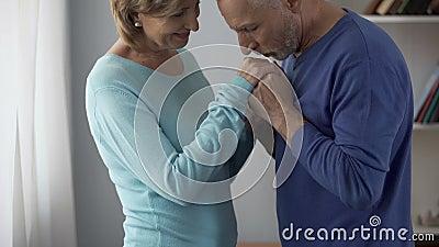 Flirt, homme de couples de retraité tenant des mains de femme et les embrassant, attraction clips vidéos