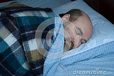 Fälliger Mann schlafend