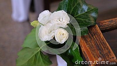 Flor pequena como decoração no banco na igreja vídeos de arquivo