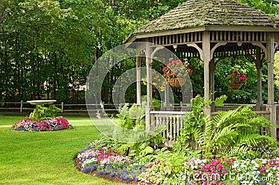 Flores e gazebo no parque