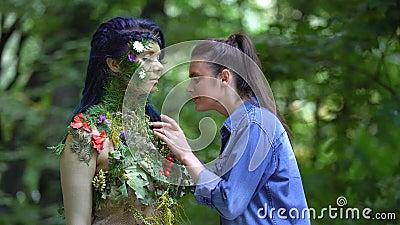 Flores encravadas femininas admirando beleza natural, conexão de personificação da terra video estoque