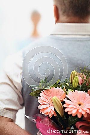 Flores escondendo do homem antes de uma mulher