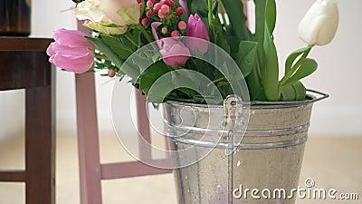 Flores frescas na cubeta da água, materiais para fazer o ramalhete vídeos de arquivo