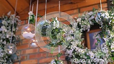 Flores no vaso de vidro redondo como decoração de salão de casamento vídeos de arquivo