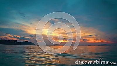 Flotando en el océano del ` s del lipe de la KOH, con la tarde de la puesta del sol de la naranja y del trullo metrajes