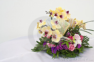 Flower arrangement for round table