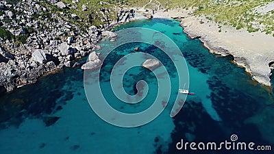 Flug über das schöne Meer auf Mallorca stock video footage