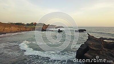 Flug über die Küste während des Surfens stock footage