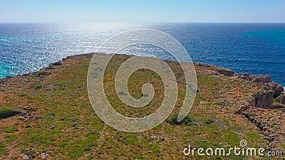 Flug über eine Klippe an der Meeresküste, Luftsicht von einer Klippe unten stock video footage