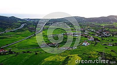 Flug über grünen Hügeln mit Dorfhäusern in der Nähe von Limassol Bezirk Limassol, Zypern stock video footage