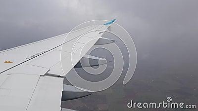 Flug zwischen Wolken stock footage