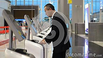 Fluggast-Geschäftsmann am Flughafen Check-in Ticket am Kiosk Terminal stock video footage