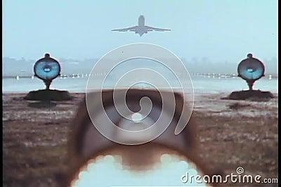 Flugzeug, das von der Laufbahn sich entfernt stock video