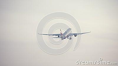 Flugzeug von Aeroflot-Fluglinie entfernend und Gewinnungshöhe im Himmel stock video