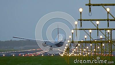 Flugzeug von KLM-Fluglinien, die hinter Landescheinwerfer sich nähern stock footage