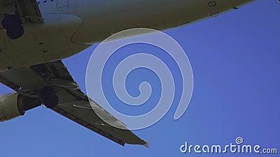 Flugzeuge, die Humberto Delgado Runway sich nähern stock footage