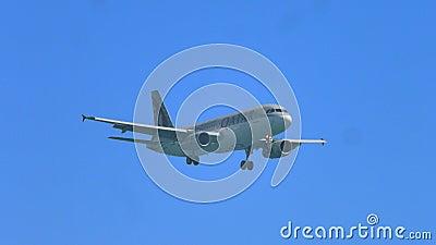 Flugzeugfliegen im blauen wolkenlosen Himmel, internationale Passagierfördermaschine, Fluglinie stock footage