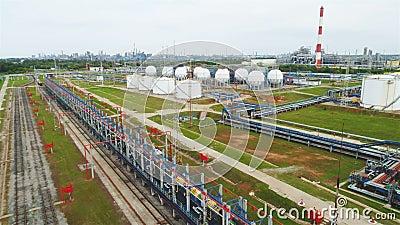 Flycam se mueve sobre complejo de refinería con los depósitos y las tuberías almacen de video