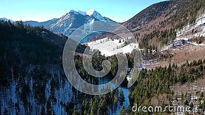 flyg- flyg 4K på den Walchensee Bayern Tyskland i vinter arkivfilmer