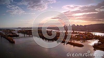 Flyg- längd i fot räknat av Montreal och Jacques-Cartier överbryggar staden i Quebec, Kanada stock video