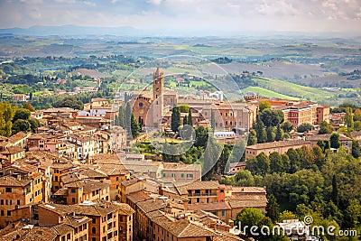 Flyg- sikt över stad av Siena