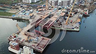 Flyg- sikt av konstruktion av bron av en ny huvudväg över floden i Moskva lager videofilmer