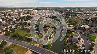 Flyg- sikt som flyttar sig över floden i i stadens centrum San Angelo West Texas lager videofilmer