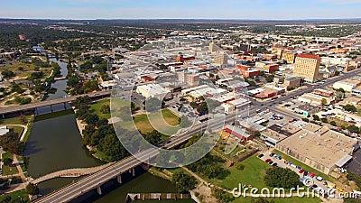 Flyg- sikt som flyttar sig över floden i i stadens centrum San Angelo West Texas arkivfilmer