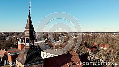 Flyg- sikt till den St Simon kyrkan i Valmiera, Lettland lager videofilmer