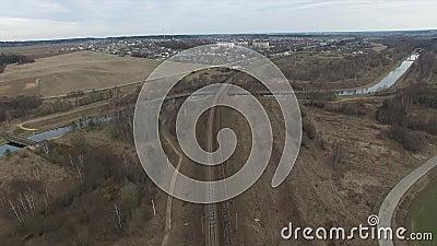 Flyga över järnvägen omgeende bygd arkivfilmer