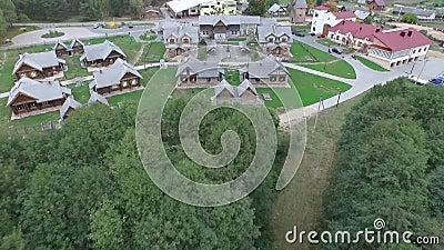 Flygbild av byn eller staden Höjdpunkt ovanför husuppsättning i grön bygd lager videofilmer