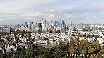 Flygning till finans- och affärsdistriktet La Defense, Paris Skyscrapers skyline arkivfilmer