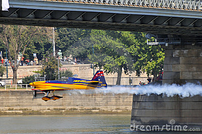 [Obrazek: flying-under-the-bridge-budapest-red-bul...591804.jpg]