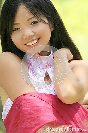 Fêmea asiática bonita com lenço