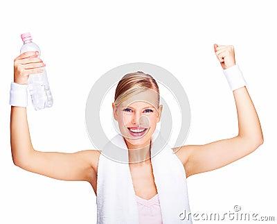 Fêmea com os braços levantados e a garrafa de água