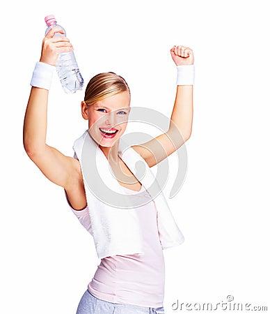 Fêmea com os braços levantados e o bott da água