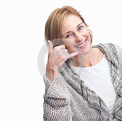 Fêmea madura feliz que gesticula um atendimento mim sinal
