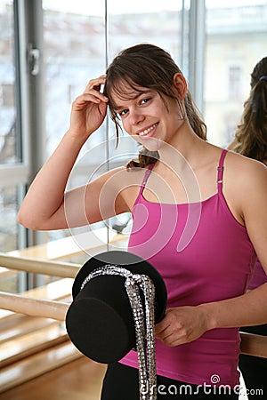 Fêmea nova com chapéu do traje.
