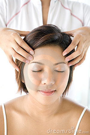 Fêmea que recebe a massagem principal delicada e relaxando