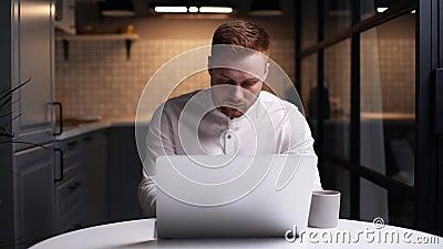 Focado empresário digitando no laptop fazendo pesquisa, usando o computador em casa na mesa vídeos de arquivo