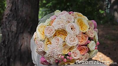 Foco bridal fechado de rosas sobre fundo desfocado de floresta , foco seletivo filme