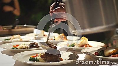 Foco seletivo: Cozinheiro chefe Arranging Plate Food filme