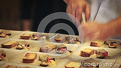 Foco seletivo: Cozinheiro chefe que trabalha na cozinha comercial video estoque