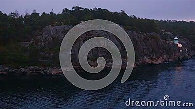 Foggy Morgengrauen auf See bildet ein bewegliches Kreuzfahrtschiff stock video