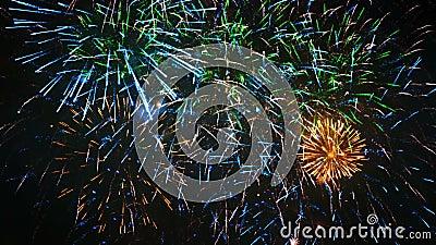 Fogo de artifício colorido do feriado do close up, metragem da véspera de ano novo filme