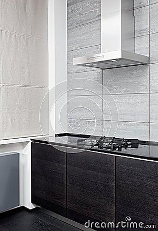 Fogão de gás e capa do cozimento na cozinha moderna
